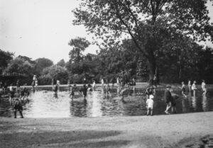 C8-Brockwell-Park-children-bathing